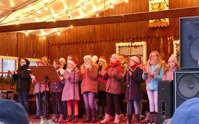 Chor der Seminarschule tritt auf dem Auerbacher Weihnachtsmarkt auf